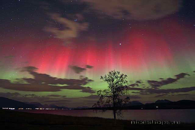 Red-and-green-auroras-norvegia