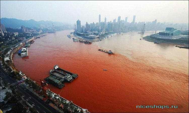 Красная вода на реке Янцзы в 2012 году