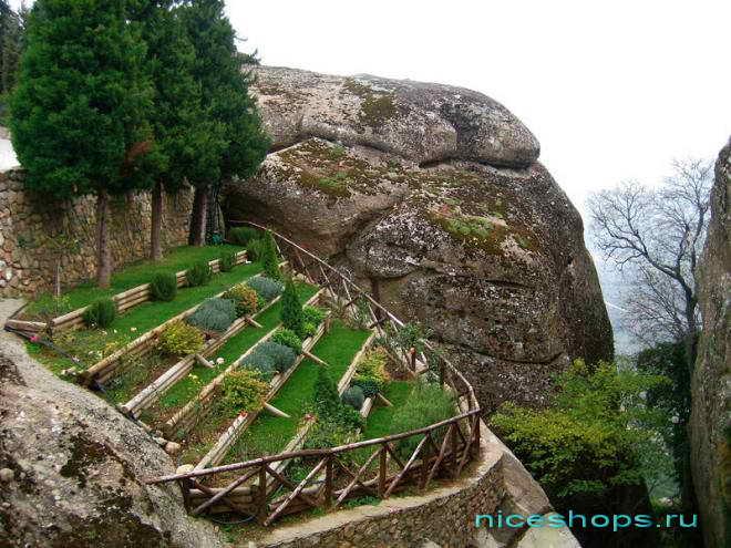 Сад на террасе в женском монастыре св. Стефана