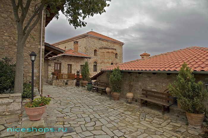 Внутренний двор в Преображенском храме, метеоры Греции