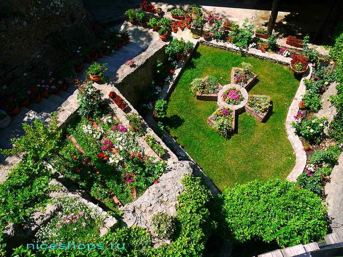 Сад в монастыре Русану - метеоры Греции