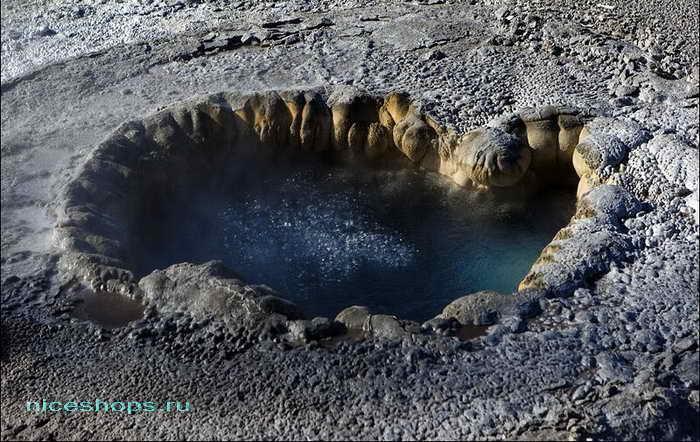 Внешний вид гейзера в долине Йеллоустоун
