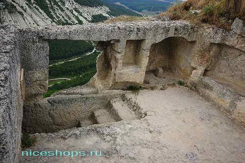 Пещеры скального города Чуфут-Кале в Крыму