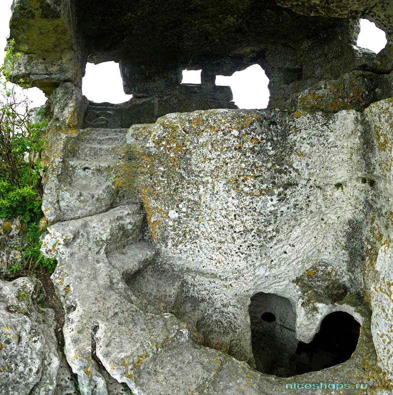 Пещеры крымского скального города Мангуп Кале