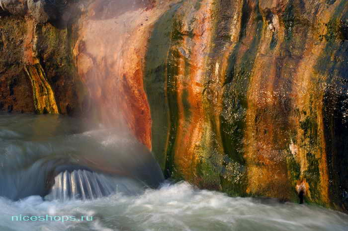 Витражная стена в долина гейзеров на полуострове Камчатка