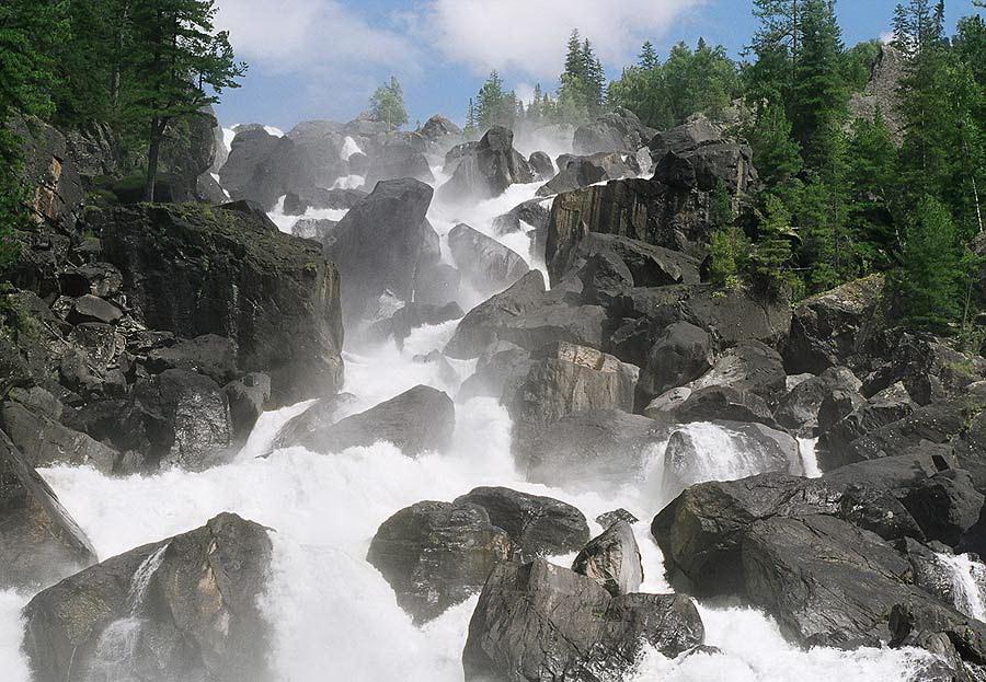 Самый большой водопад Учар в  горах Алтая