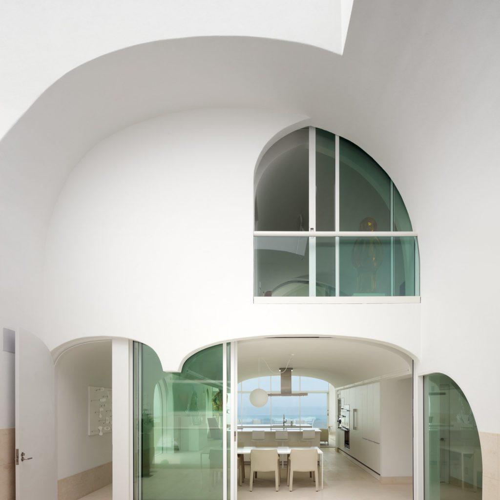 Красивый загородный дом с панорамными окнами