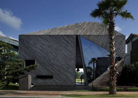 Проект современного загородного коттеджа с панорамными окнами