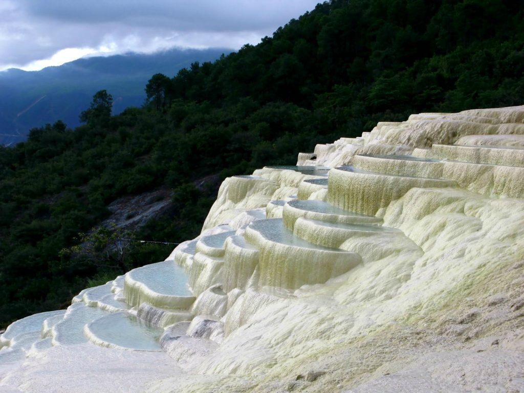 Белые террасы Байшуйтай в Китае