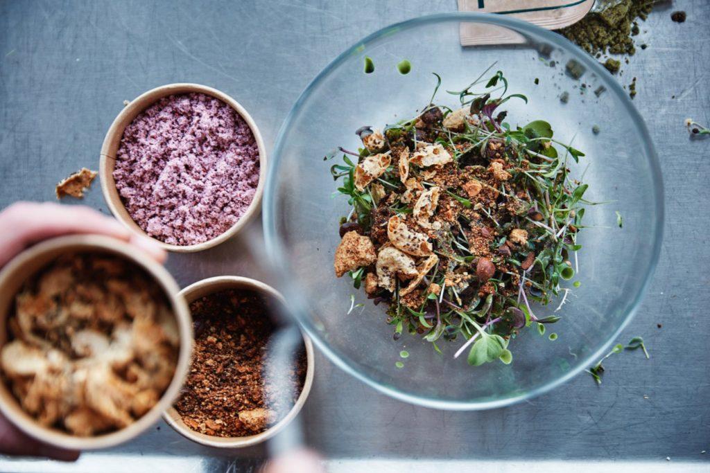 Еда будущего - салат из проросших семян и мучных червей
