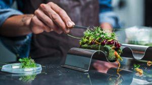 Еда будущего - хот-дог с зеленью и насекомыми