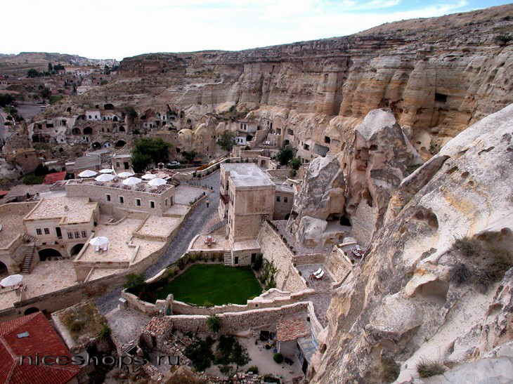 Samye-neobychnye-oteli-mira-v-skalah-Turcii