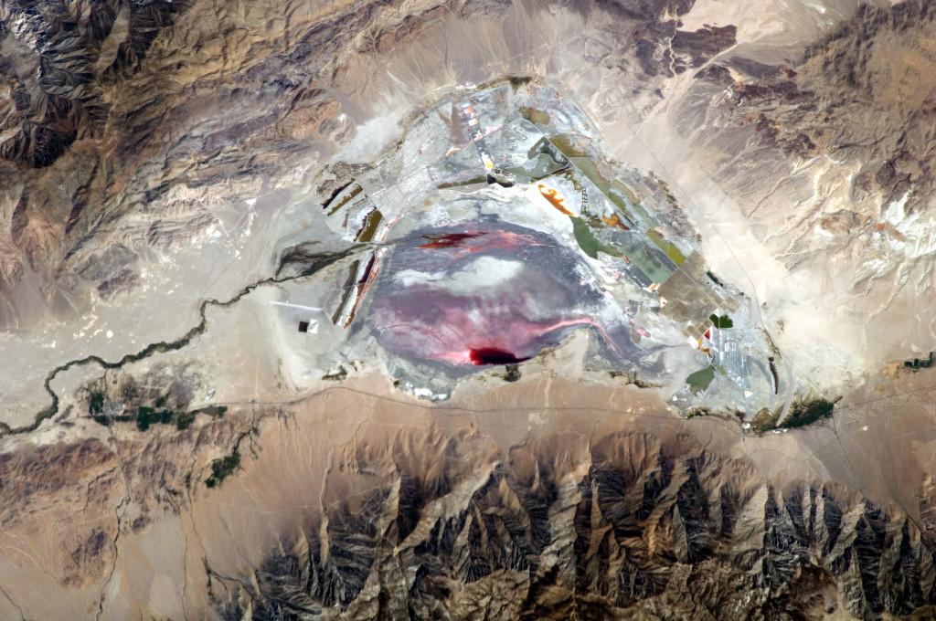 Solenoe-rozovoe-ozero-v-S'erra-Nevada