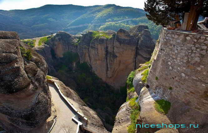 Вид на скалы с высоты метеора (Греция)