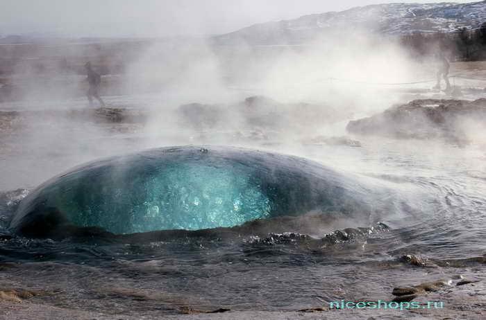 Извержение гейзера в Исландии