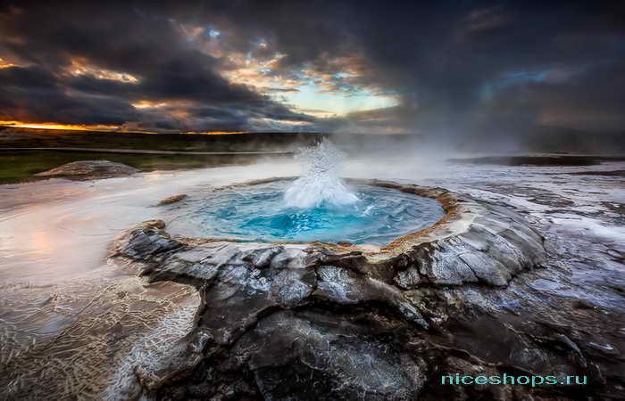Мощные гейзеры долины в Исландии