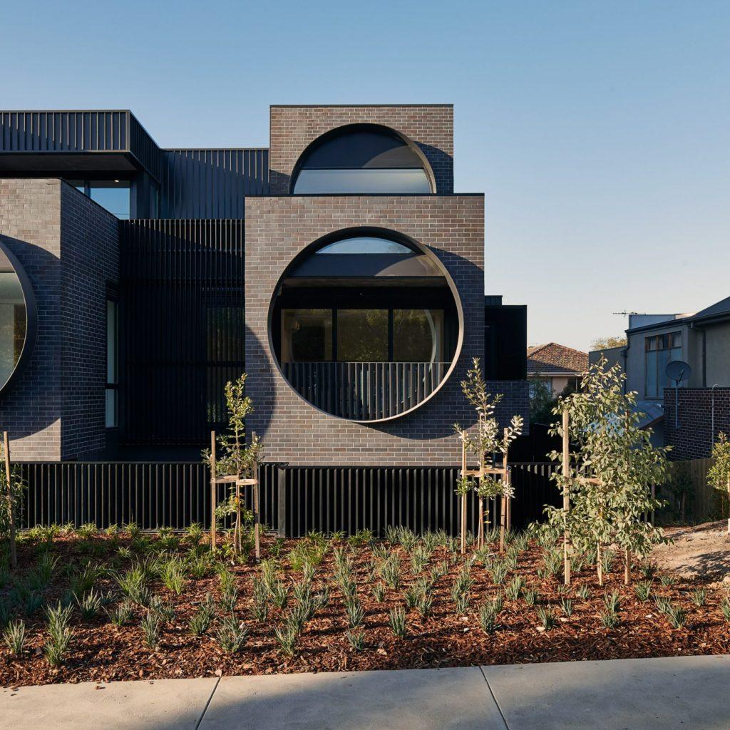 Проект загородного коттеджа с панорамными окнами круглой формы