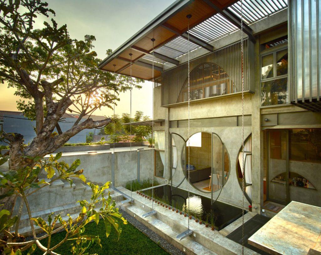 Проект частного дома с панорамными окнами круглой формы