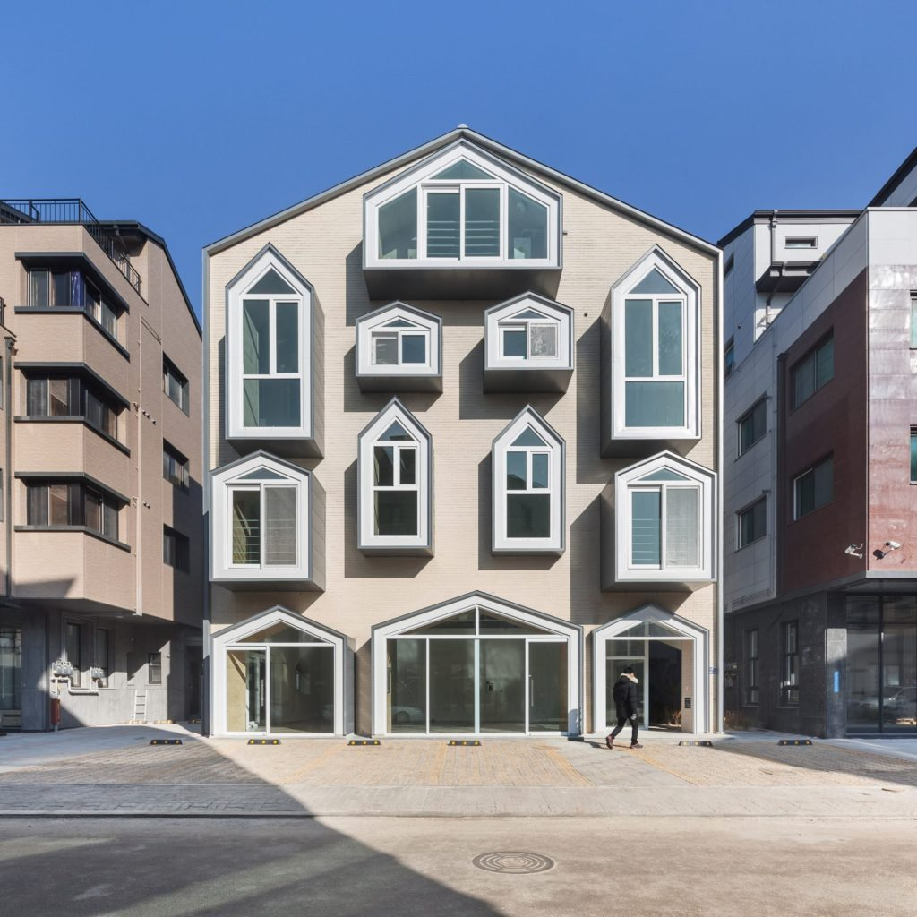 Проект частного дома с панорамными окнами