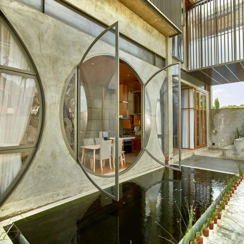 Красивый проект дома с круглыми панорамными окнами
