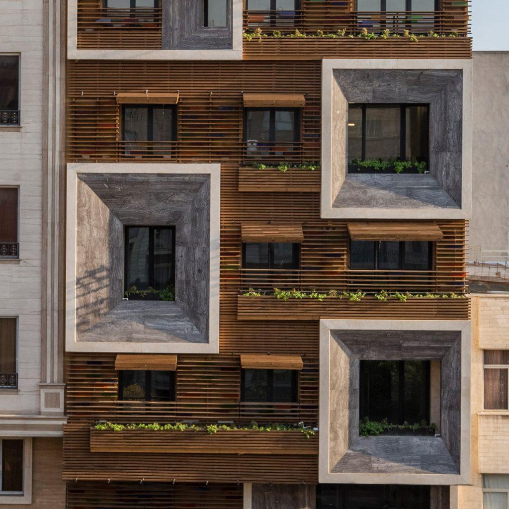 Деревянный дом с большими панорамными окнами