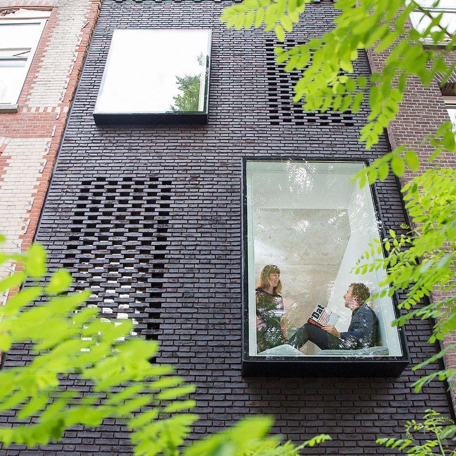 Кирпичный частный дом с большими панорамными окнами