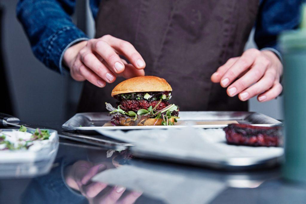 Еда будущего - бургер с вегетарианским мясом, зеленью и овощами