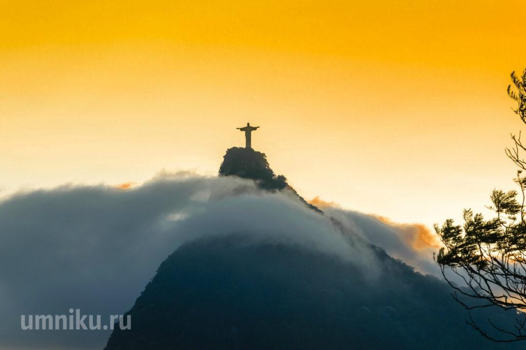 Статуя Христа-Искупителя в Бразилии: вид издалека
