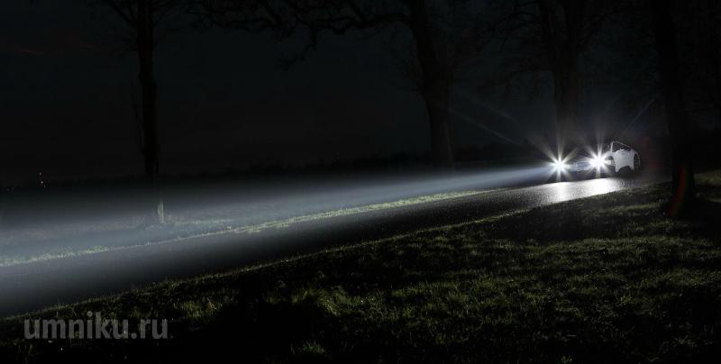 свет от фар автомобиля